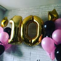 Композиция из гелевых шариков на десять лет с золотыми цифрами и звездами