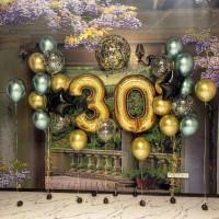 Композиция из гелевых шариков на 30 лет с большим шаром с конфетти и шарами хром