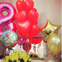 Композиция из воздушных шаров с цифрой, букетом из сердец и со звездой на 8 марта