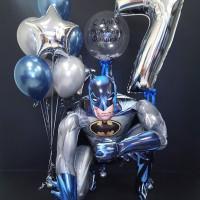Композиция из шаров с фигурой Бэтмена с цифрой и шаром с перьями
