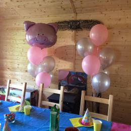 Композиция из гелиевых шариков на День Рождения с розовым поросенком