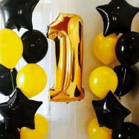 Композиция из гелевых шаров с черными звездами и золотой цифрой на первый День Рождения
