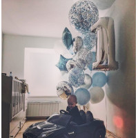Композиция из воздушных шаров мальчику на годовасие в бело-голубой гамме с шарами с конфетти