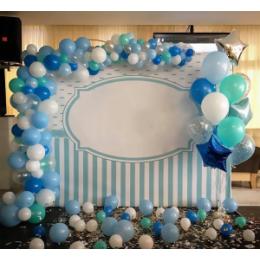 Фотозона из шаров с голубым баннером и разнокалиберной гирляндой с бело-голубыми шарами