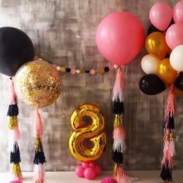 Фотозона из шаров с цифрой, большими шарами и фонтаном
