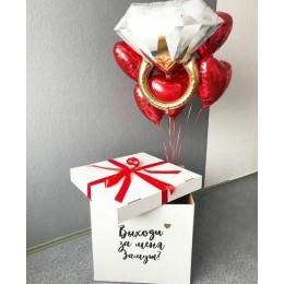 Букет Выходи за меня замуж с огромным колечком и красными сердцами в коробке-сюрприз