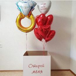 Композиция Будь моей женой с кольцом и красными сердцами в коробке-сюрприз