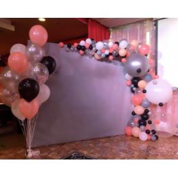 Фотозона из шаров с сиреневым баннером и разнокалиберной гирляндой с двумя огромными шарами