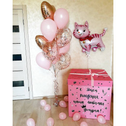 Композиция из шаров в коробке-сюрприз и розовой кошечкой для дочки