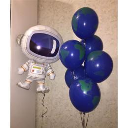 Композиция из воздушных шаров Земля в иллюминаторе