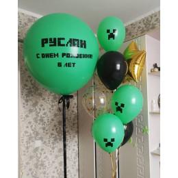 Композиция из воздушных шариков с большим шаром и звездой фанату Майнкрафт