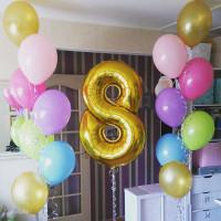 Композиция из воздушных шаров с золотой цифрой
