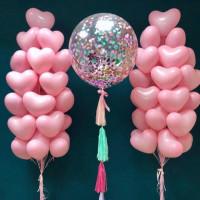 Композиция из шариков с гелием на свадьбу с большим шаром с конфетти и розовыми сердцами