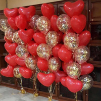 Композиция из шариков на свадьбу из четырех фонтанов с красными сердцами