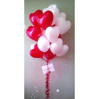 Букет из шаров красных и белых сердец на свадьбу