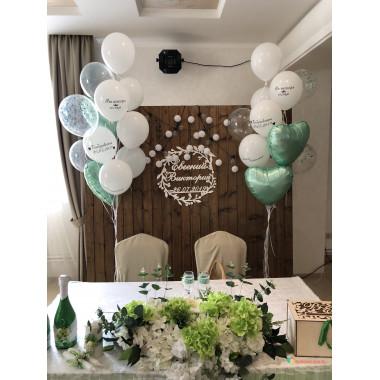Композиция из воздушных шаров с сердцами и шарами с индивидуальными надписями на свадьбу