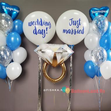 Композиция из воздушных шаров на свадьбу с кольцом с бриллиантом в бело-голубой гамме
