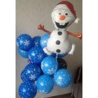 Композиция из шариков с гелием со Снеговиком в красном колпаке