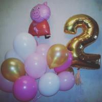 Композиция из шаров с мультперсонажем Свинкой Пеппой и цифрой