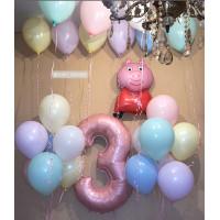 Композиция из шариков со Свинкой Пеппой с цифрой в пастельной гамме