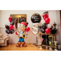Композиция из шариков с ходячей фигурой пирата Джейка с цифрой, большим шаром, кораблём и двумя фонтанами