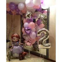 Композиция из воздушных шариков с фигурой Софии Прекрасной и цифрой на День Рождения