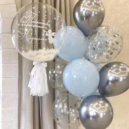 Композиция с большим шаром bubbles в нежно-голубой гамме мальчику на крещение