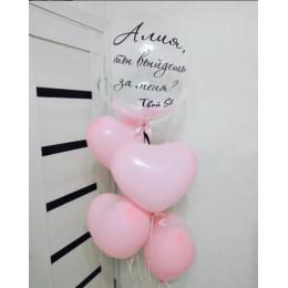 Фонтан из нежно-розовых латексных сердечек с шаром с перьями на предложение руки и сердца