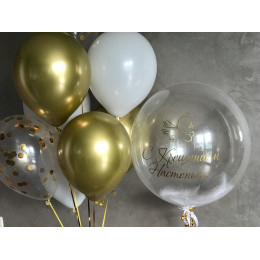 Композиция из шариков с шаром с перьями и персональной надписью на крещение малышки