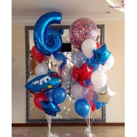Композиция из воздушных шариков состоит из двух фонтанов с голубой Машинкой, цифрой и большим шаром с конфетти