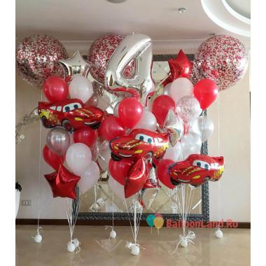 Композиция из воздушных шаров состоит из трех фонтанов с красными машинками с цифрой и большими шарами с конфетти