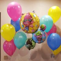 Композиция из воздушных шариков герои из мультфильма Тролли с разноцветными шарами