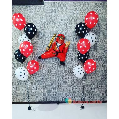 Композиция из воздушных шаров с Ниндзя и шарами в горошек