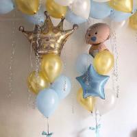 Композиция из шариков на выписку с фигурой малыша и короной