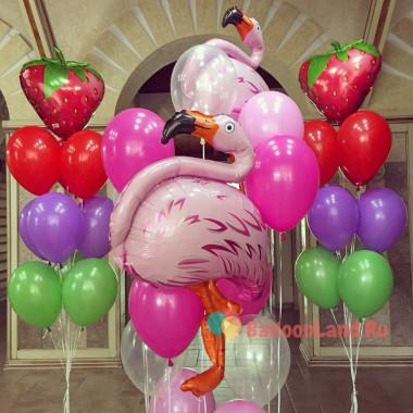 Композиция из гелевых шаров фламинго с клубникой