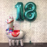 Композиция из шаров с ходячей фигурой Лама с цифрами ко Дню Рождения