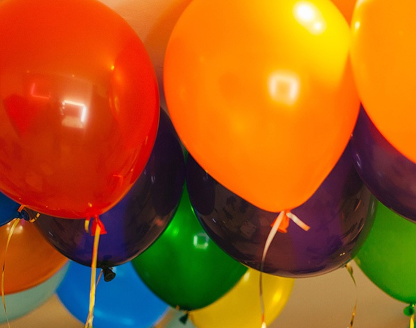 Ярки шарики под потолком