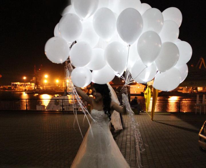 Невеста с шарами со светодиодами