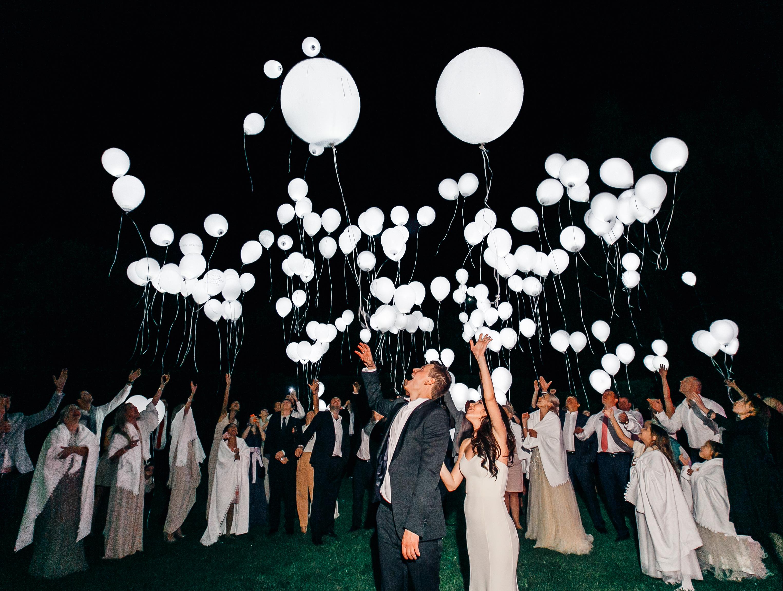 Белые шарики на свадьбе - запуск в небо