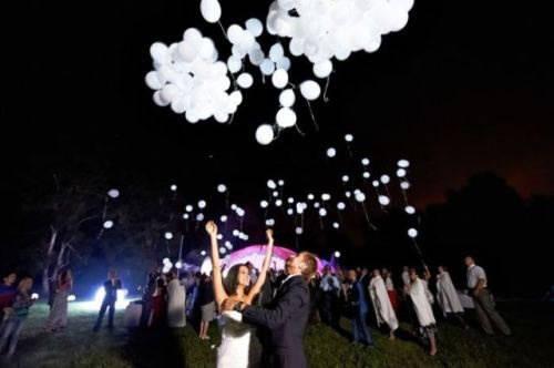 Запуск белых светящихся шаров в небо